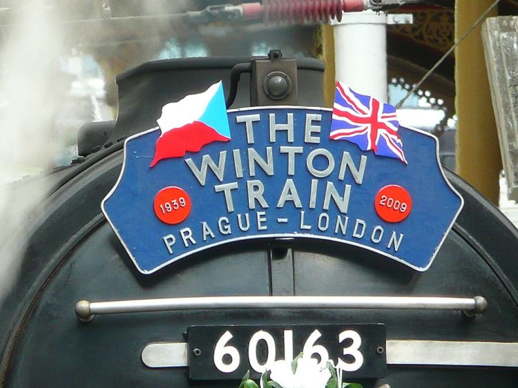 1024px-Winton-Train-Headboard-London-Liverpool-St-Stn-20090904