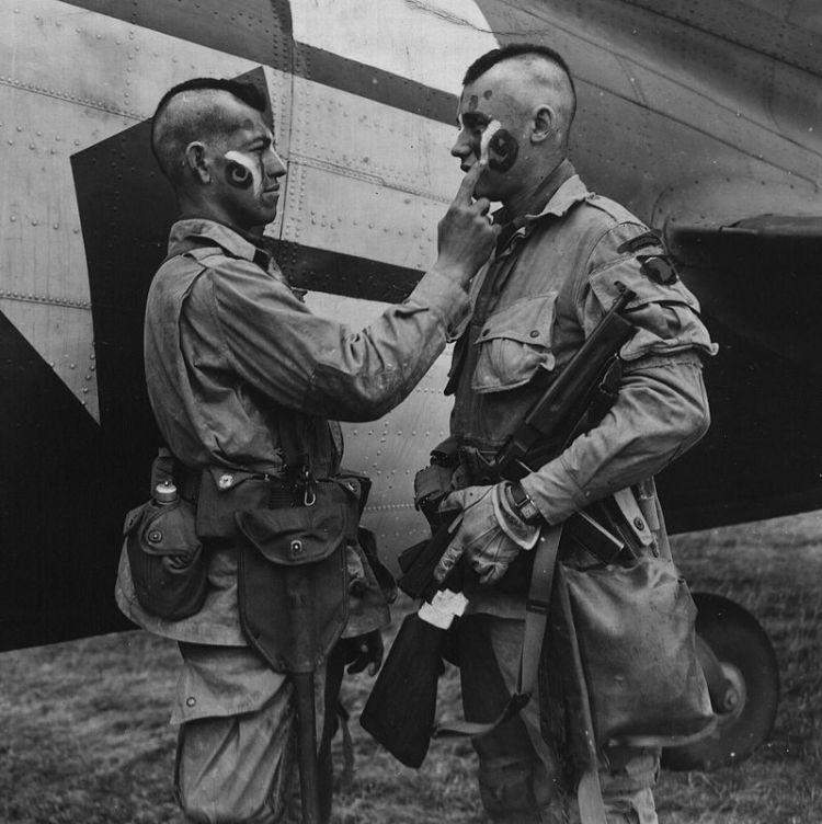 800px-Paratrooper_applies_war_paint_111-SC-193551cropped