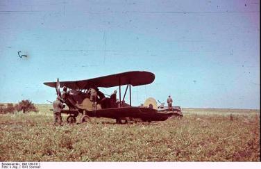 Ein sowjet. Flugzeug ist abgeschossen und setzt zur Notlandung an (Ratta) Ukraine Sommer 1941