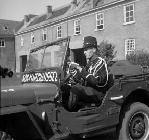 historische-foto-van-2-marechaussees-in-jeep
