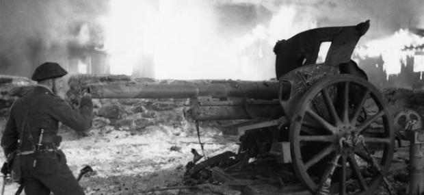 Jack-Churchill-Inspecting-a-German-Airfield-Gun