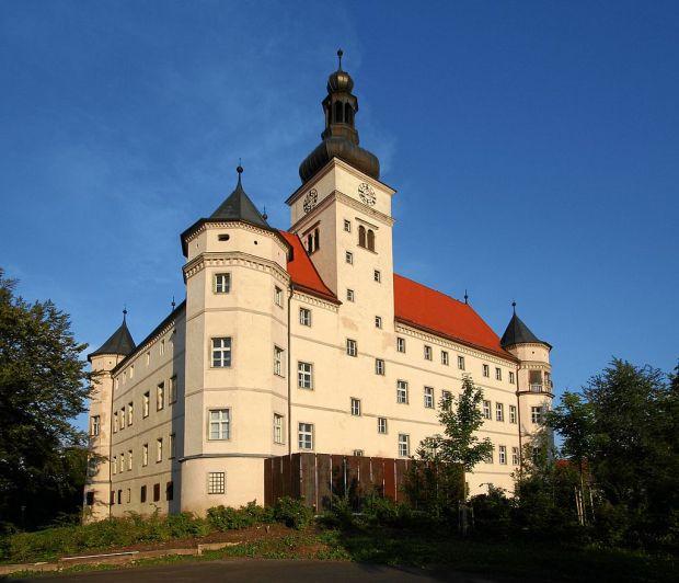 1024px-Alkoven_Schloss_Hartheim_2005-08-18_3589