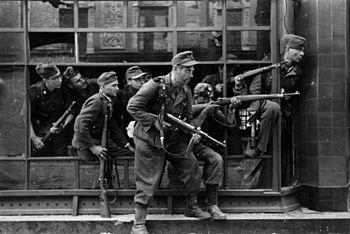 350px-Bundesarchiv_Bild_183-97906,_Warschauer_Aufstand,_Straßenkampf