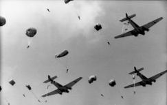 Fallschirmjägerabsprung aus Junkers Ju 52