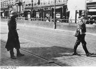 Holland. Die Kapitulation von Rotterdam. Der holl[ändische]. Unterhändler auf dem Weg zu den deutschen Linien.