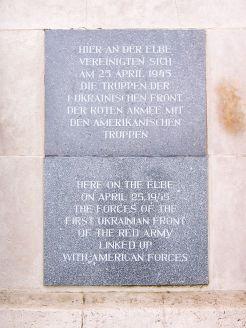 Torgau_Denkmal_der_Begegnung_en-de1