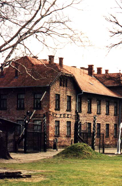 Auschwitz_I_Entrance (1)