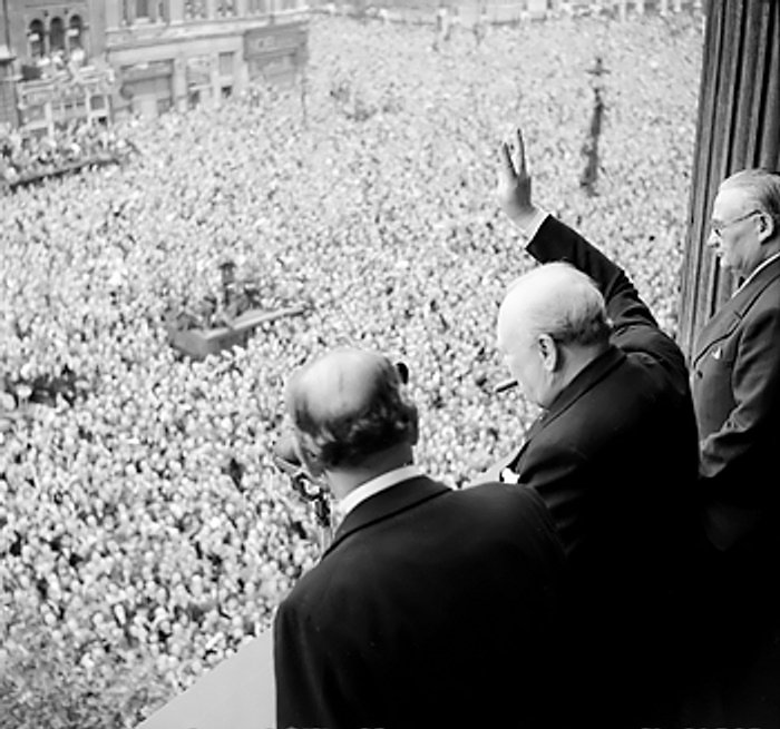 Churchill_waves_to_crowds