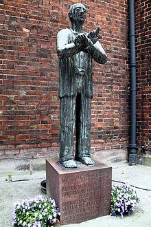 Dietrich_Bonhoeffer,_Skulptur_an_der_Hauptkirche_Sankt_Petri_(Hamburg)