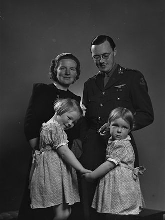Princess_Juliana_and_family_1942