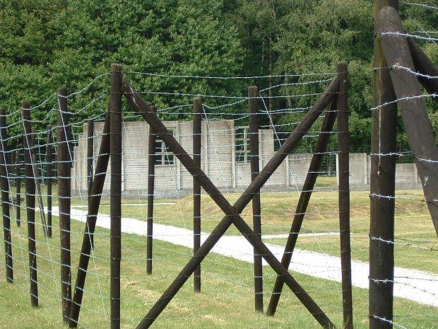 1024px-Hut-AnneFrank-Westerbork