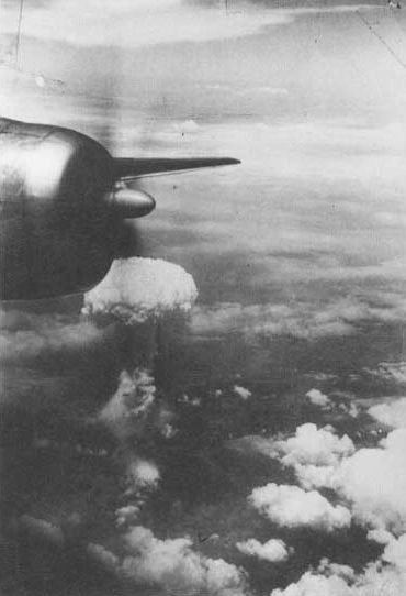 Atomic_cloud_over_Nagasaki_from_B-29