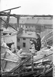 ADN-ZB/Archiv II.Weltkrieg 1939 - 1945 Berlin 1940: Die Feuerwehr bei Aufräumungsarbeiten im Seitenflügel eines vierstöckigen Wohnhauses in der Wasserthorstrasse 37. Das Haus war in der Nacht vom 28. zum 29. 8. von einer Sprengbombe getroffen worden. Aufn.: August 1940