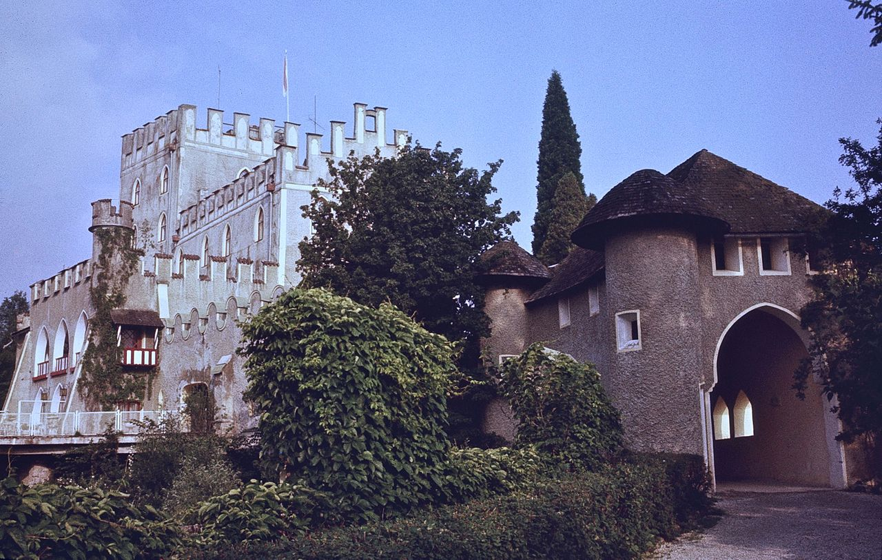 Schloss_Itter_and_entrance_pathway_in_1979