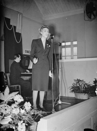 Vera_Lynn_Visits_a_Munitions_Factory,_UK,_1941_P551
