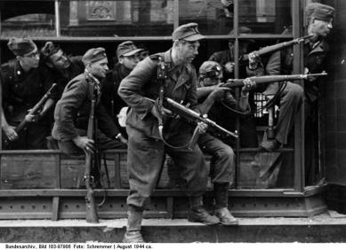Bundesarchiv_Bild_183-97906,_Warschauer_Aufstand,_Straßenkampf_(2)