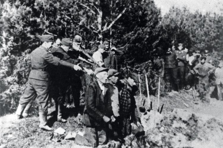 executing-Soviet-Partisans-