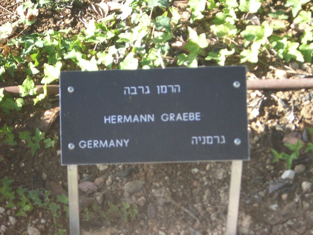 1024px-Sign_at_the_memorial_tree_of_Hermann_Graebe