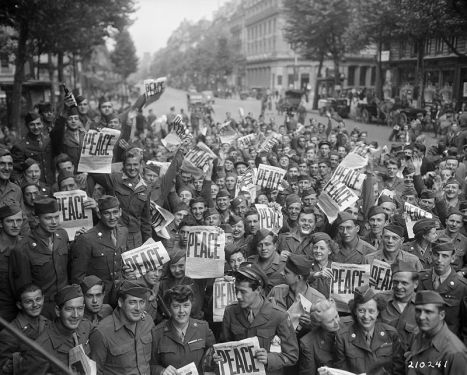 800px-American_military_personnel_gather_in_Paris_to_celebrate_the_Japanese_surrender