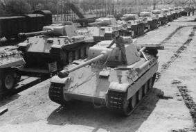 """Zentralbild, II. Weltkrieg 19139-45 Der von der faschistischen deutschen Wehrmacht während des Krieges entwickelte neue Panzerkampfwagen Typ """"Panther"""". UBz: die Verladung neuer """"Panther""""-Panzerkampfwagen zum Transport an die Front (1943)."""