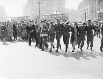 Civilians_and_service_personnel_in_London's_Picadilly_Circus_celebrate_the_news_of_Allied_Victory_over_Japan_in_August_1945._D25636