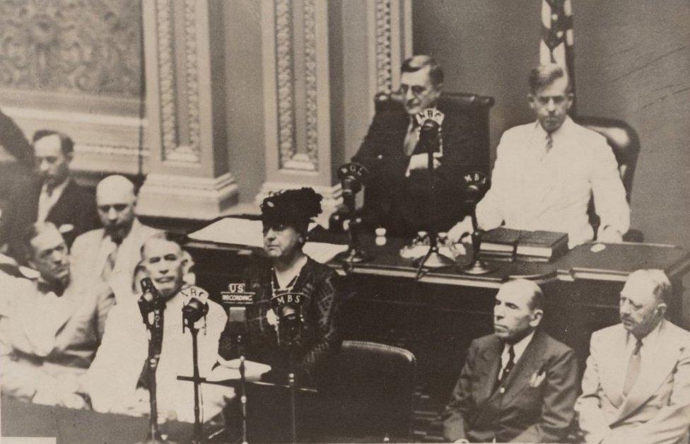 Koningin_Wilhelmina_spreekt_het_Amerikaans_congres_toe_(cropped)