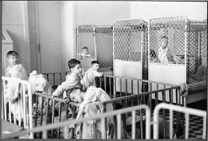 am-spiegelgrund-children-in-cribs