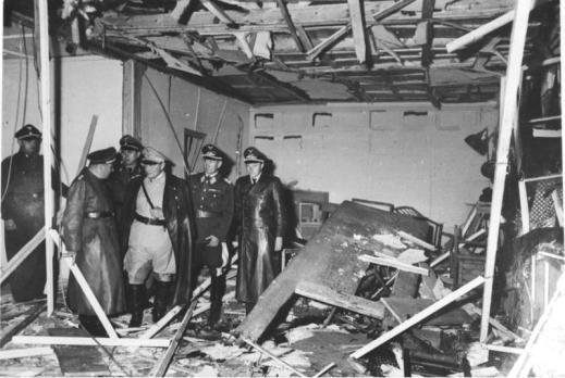"""Attentat vom 20. Juli 1944 Besichtigung der zerstörten Baracke im Führerhauptquartier """"Wolfsschanze"""" bei Rastenburg, Ostpreußen (v.l.n.r.: X, Bormann, X, Göring, Bruno Loerzer - Generaloberst der Luftwaffe; X)"""