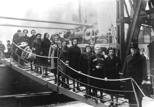 """Großbritannien: Kinder polnischer Juden aus dem Gebiet zwischen Deutschland und Polen bei Ihrer Ankunft mit der """"Warschau"""" in London. Aufn. Februar 1939"""