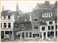 220px-voorgevels_met_oorlogsschade_na_bombardement_op_de_achtergrond_twee_kerktorens_-_zutphen_-_20001459_-_rce