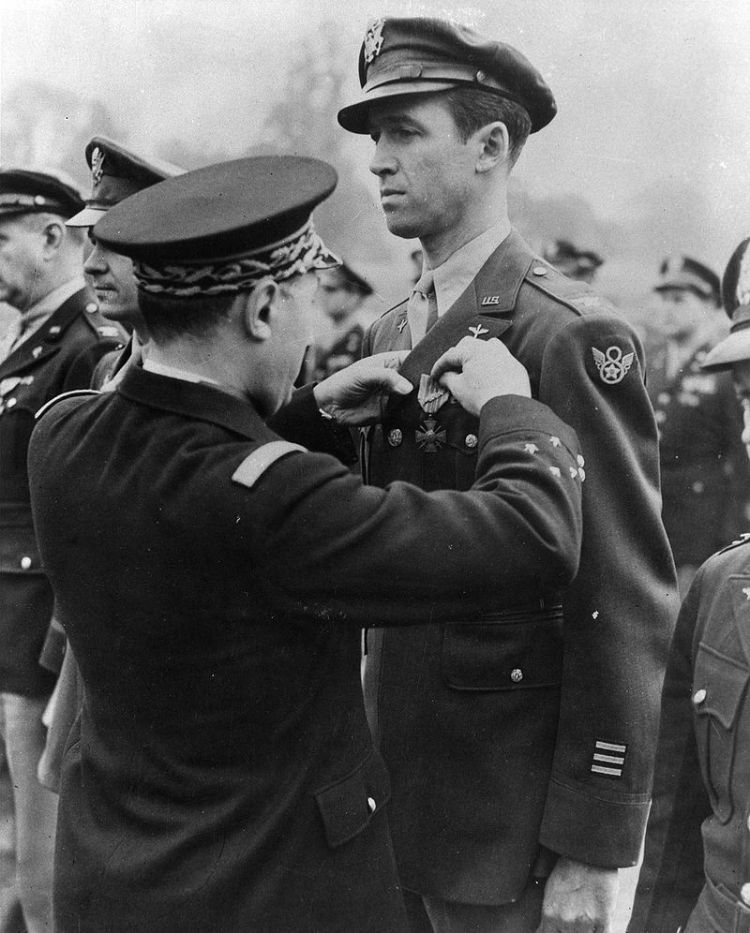 800px-jimmy_stewart_getting_medal