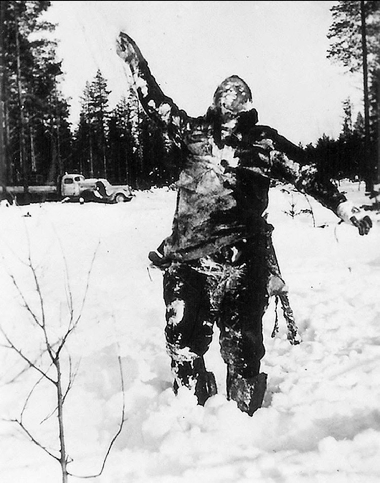 body-of-frozen-soviet-soldier-propped-up-by-finnish-fighters-to-intimidate-soviet-troops-1939