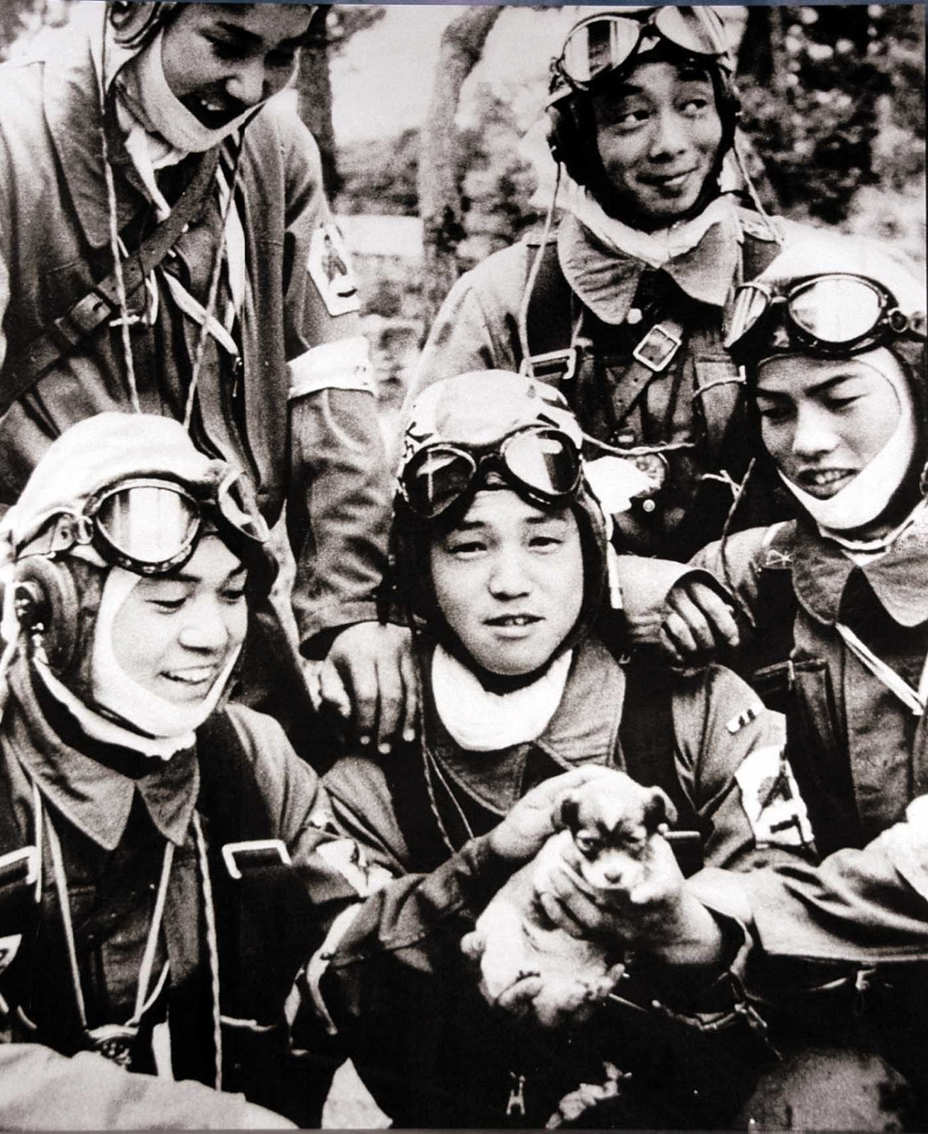 kamikaze-pilots-posing-with-a-puppy-on-the-day-before-their-suicide-missions-1945