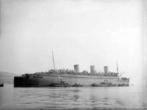 ss-queen-mary-lying-at-anchor-after-her-arrival-at-gourock-bay-595x444