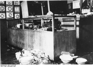 Reichskristallnacht, Zerstörungen beim Kaufhaus Uhlfelder, 9.-10.11.1938
