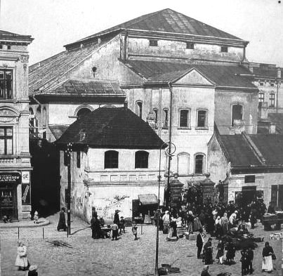 crowds-outside-the-old-synagogue-in-przemysl
