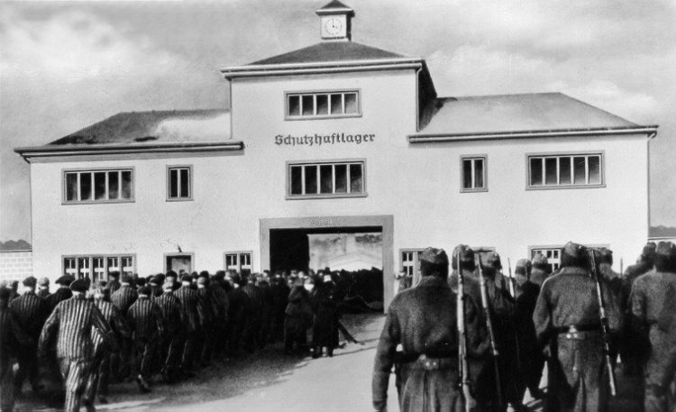 sachsenhausen-prisoners-return-from-labor