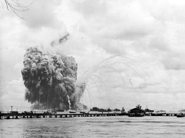 uss_mount_hood_ae-11_explodes_at_seeadler_harbor_on_10_november_1944