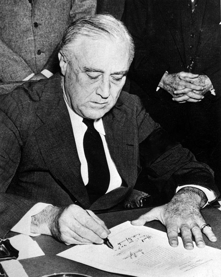 800px-franklin_roosevelt_signing_declaration_of_war_against_japan
