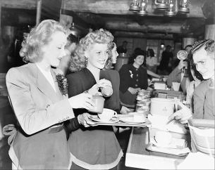 dietrich-hayworth-hollywood-canteen-1942
