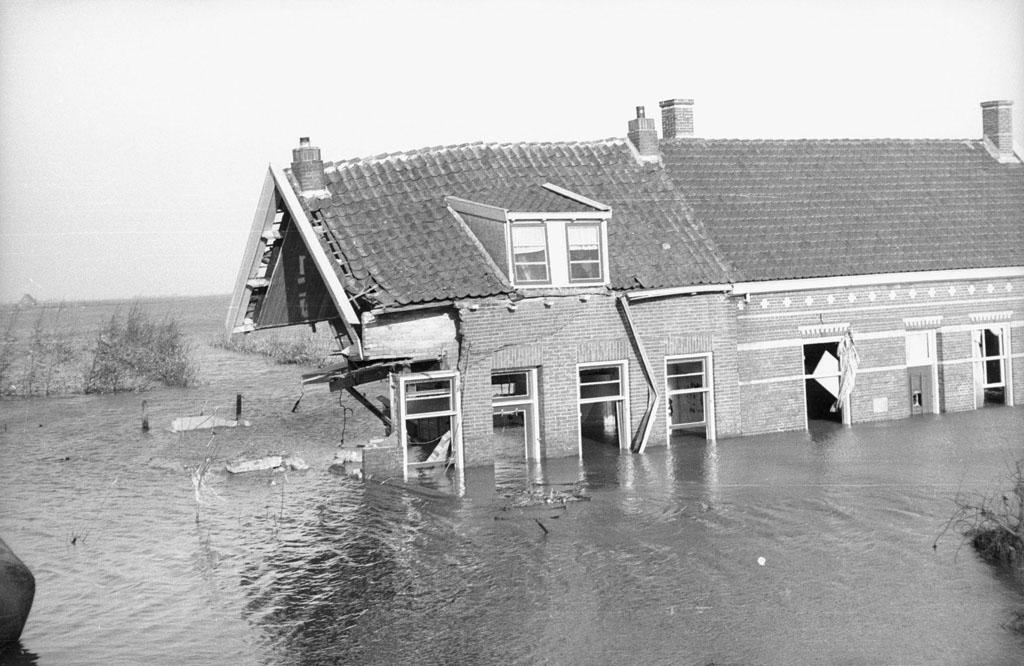 watersnoodramp_1953_-_zwaar_beschadigd_huis