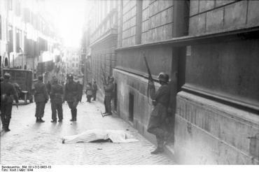 Rom, Soldaten vor Gebäude