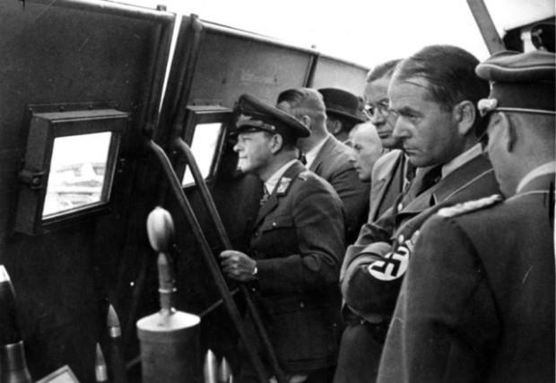 Waffenvorführung, E. Milch, A. Speer