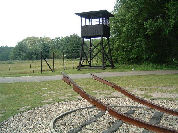 1024px-Westerbork-monument2