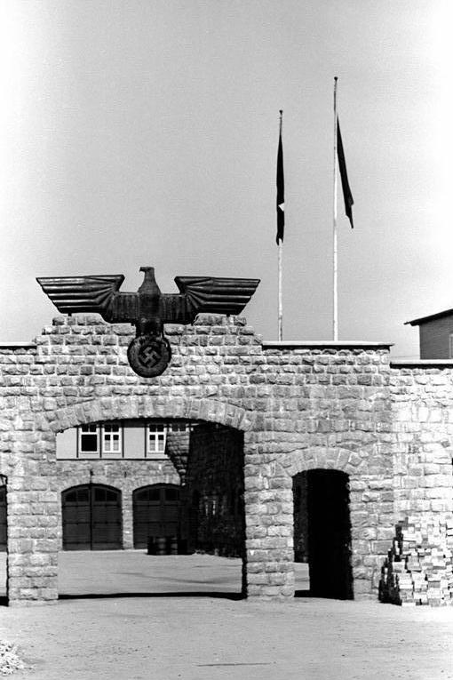 Bundesarchiv_Bild_192-334,_KZ_Mauthausen,_Garagenhofeinfahrt