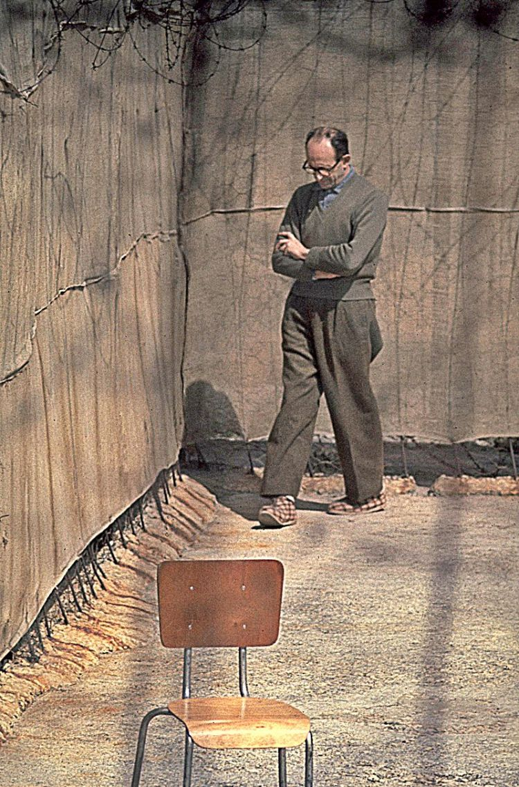800px-Flickr_-_Government_Press_Office_(GPO)_-_Nazi_war_criminal_Adolf_Eichmann_walking_in_yard_of_his_cell_in_Ramle_prison
