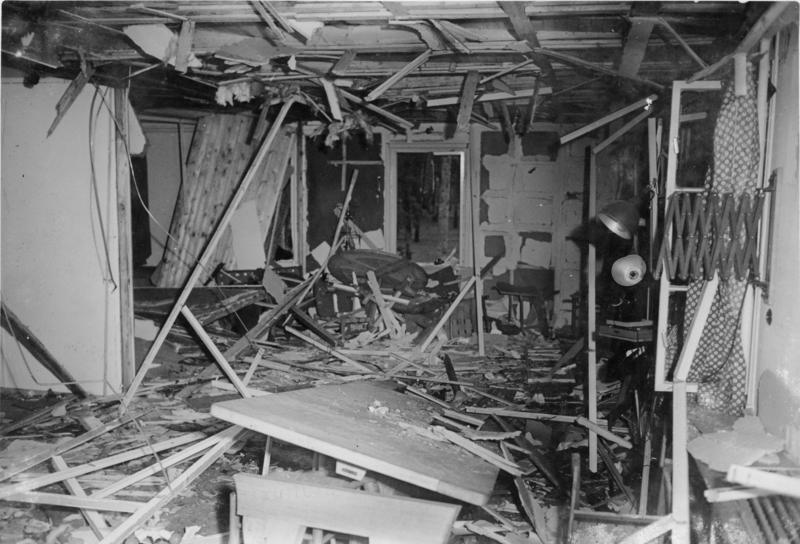 Bundesarchiv_Bild_146-1972-025-12,_Zerstörte_Lagerbaracke_nach_dem_20._Juli_1944 (1)