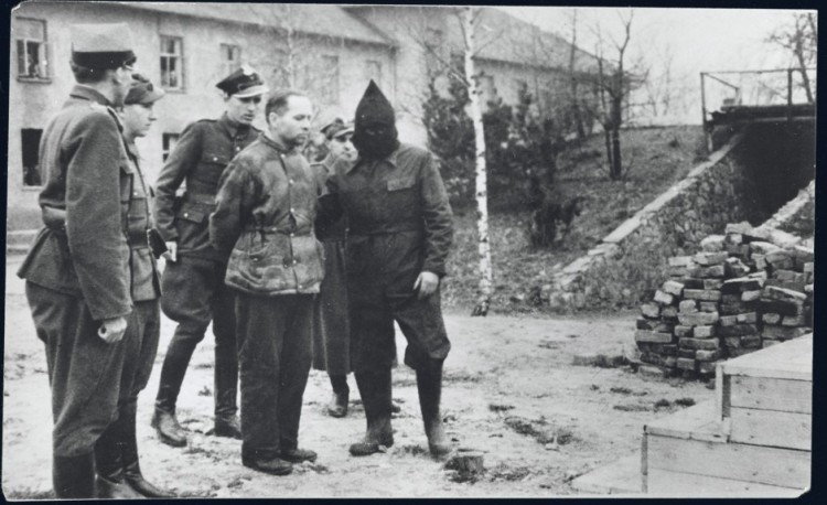 Rudolf_Hoess_with_executioners