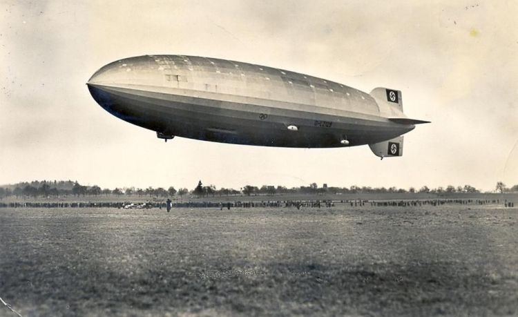 1024px-Zeppelin_Postkarte_1936_a