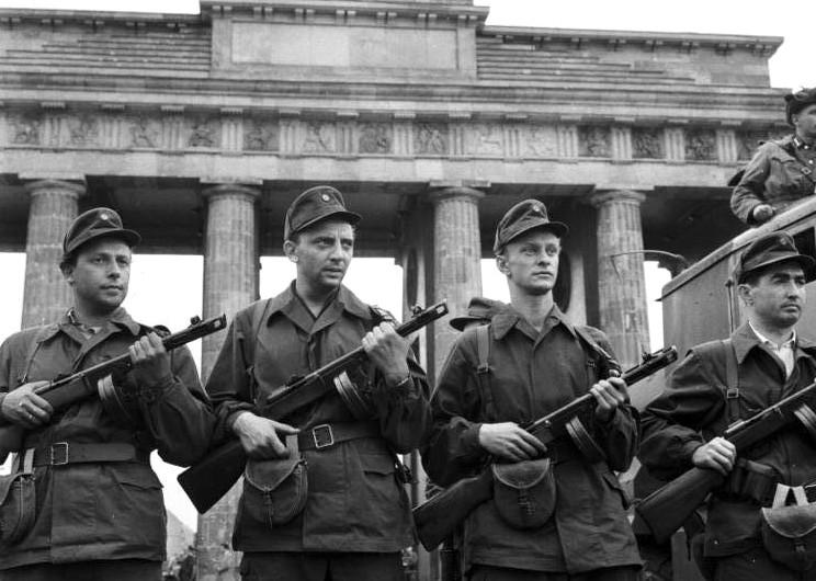 Berlin, Mauerbau, am Brandenburger Tor